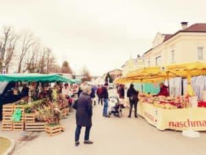 Marktstände in Oberndorf in der Untersbergstraße